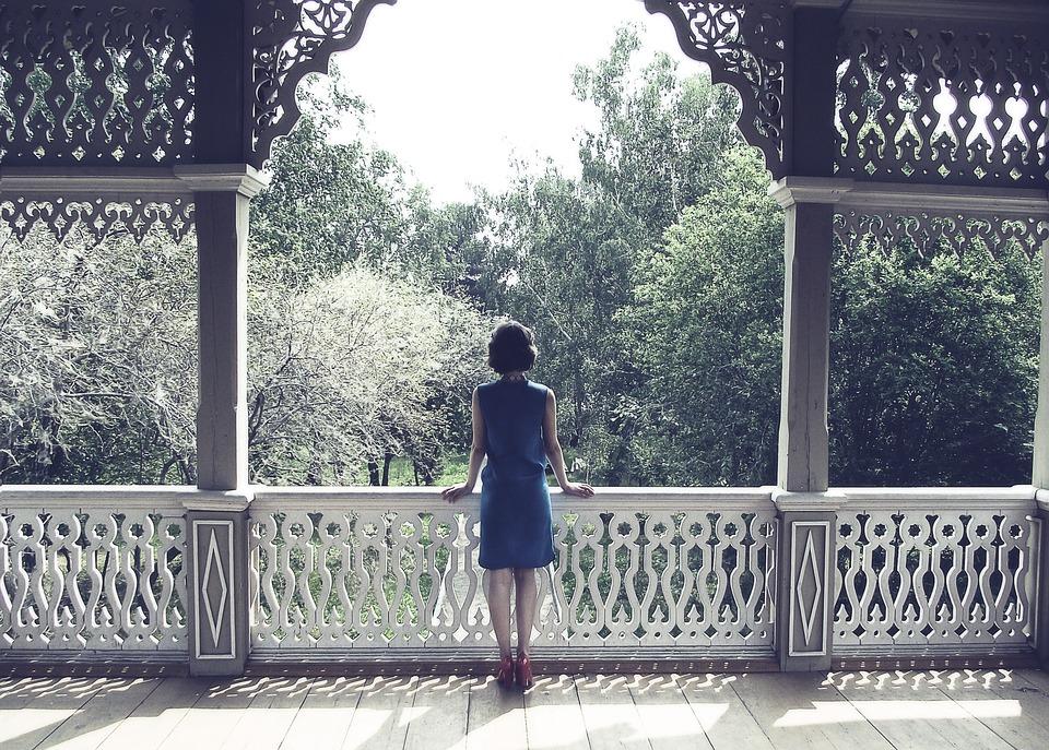 kobieta w klasycznej sukience