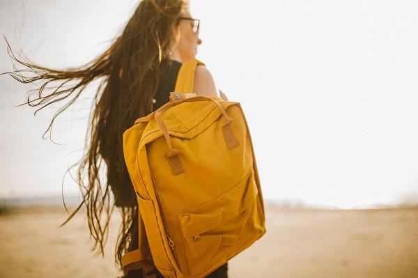żółty plecak damski