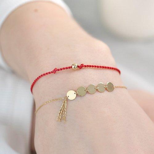 modna złota bransoletka na ręku